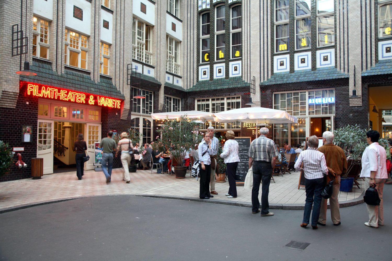 Das Filmtheater und Varieté Chamäleon in den Hackeschen Höfen präsentiert nonverbale Zirkusproduktionen mit internationalen Akteuren.