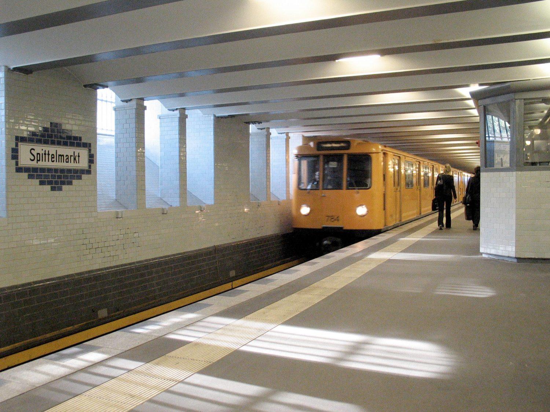Der U-Bahnhof Spittelmarkt ist durch sein tagsüber einfallendes natürliches Licht besonders.