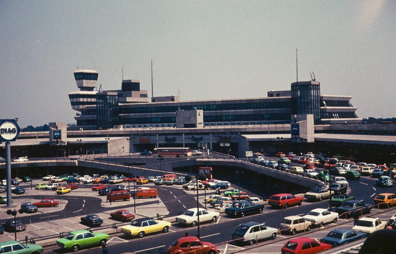 Die Autos waren früher mal bunter, aber voll war es in der Geschichte des Flughafens Tegel immer. Das Bild stammt aus dem Sommer 1982. Foto: Imago/Gerhard Leber
