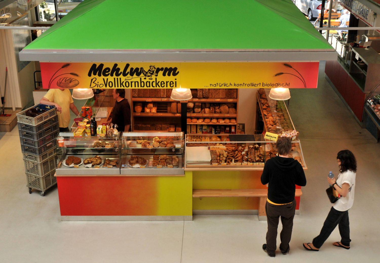 Bäckereien in Kreuzberg: Stand der Mehlwurm Bio-Vollkornbäckerei in der Marheineke-Markthalle. Foto: Imago/Schöning