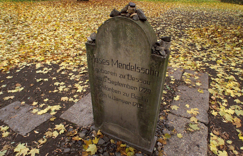 """Auf dem Alten jüdischen Friedhof am Hackeschen Markt ruhen bekannte Vertreter des Berliner Judentums. Moses Mendelssohn gilt als Wegbereiter der Haskala (""""jüdische Aufklärung"""")."""