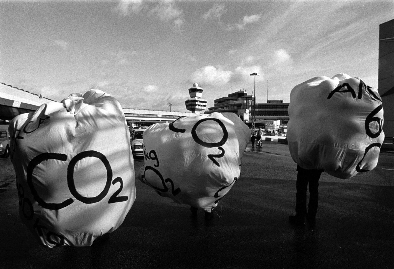 Bereits 1998 protestierten Aktivisten von der Umweltorganisation Robbin Wood auf dem Flughafen Tegel für die Besteuerung von Flugbenzin. Foto: Imago/Rolf Zöllner