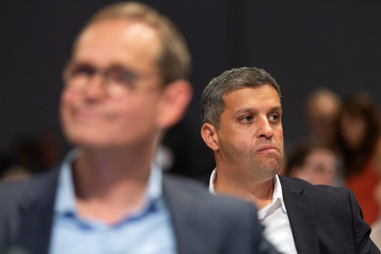 Raed Saleh (hinten) und der Mann, dessen Posten er nicht übernehmen wird. Foto: Imago Images/Stefan Zeitz