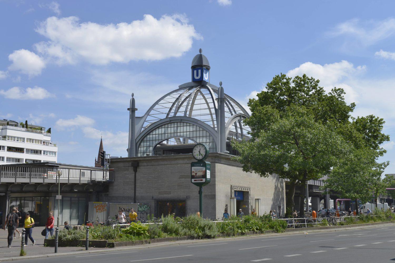 Bereits von weiten erkennt man den Nollendorfplatz an seiner großen Glas-Kuppel.