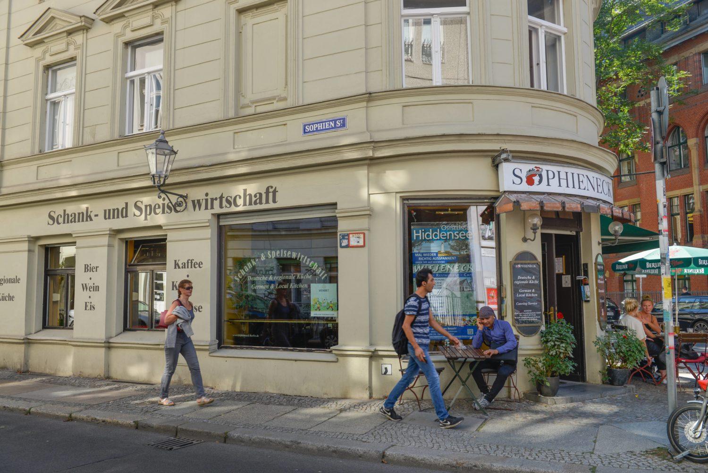 Alte Berliner Kneipen: Bauernfrühstück, Eisbein oder Sülze gibt es im Sophieneck. Foto: Imago/Joko
