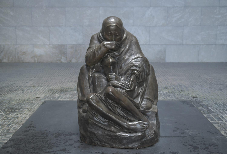"Statuen in Berlin: Plastik ""Mutter mit totem Sohn"" von Käthe Kollwitz. Foto: Imago/Joko"