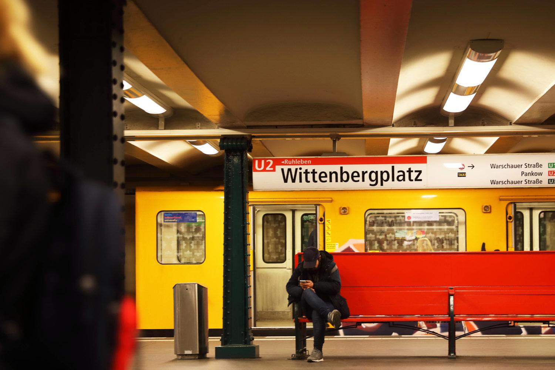 Am Wittenbergplatz halten auf fünf verschiedenen Gleisen drei Linien des öffentlichen Nahverkehrs.