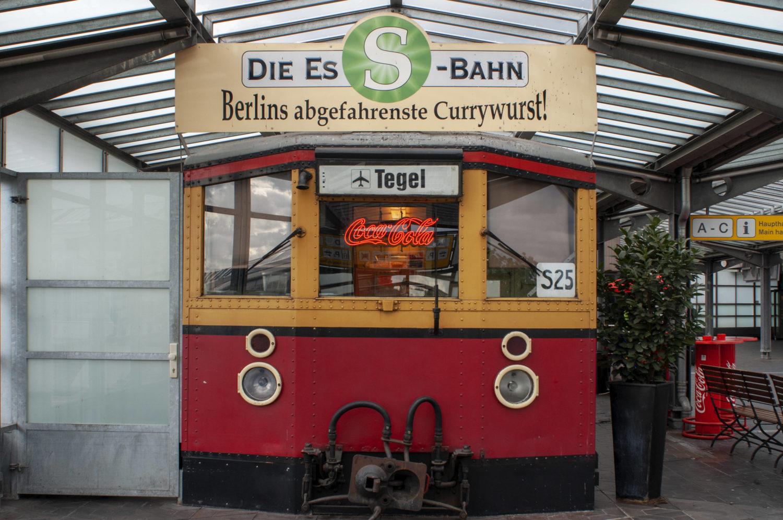 Currywurst im alten S-Bahnwaggon. Foto: Imago/Sergi Reboredo/ZUMA Wire