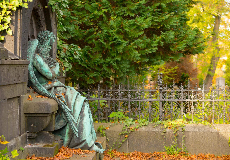 Nach dem Kaffee im Café Strauß kann man einen Spaziergang über den Friedhof an der Bergmannstraße machen. Foto: Imago/Imagebroker