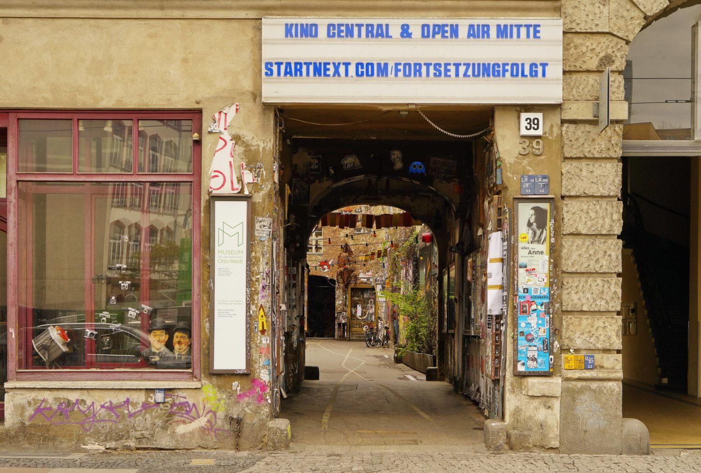 Das Kino-Central existiert in den Hackeschen Höfen seit 1996 und spielt in zwei Kinosälen Erstpremieren, vor allem auch in der Originalsprache.