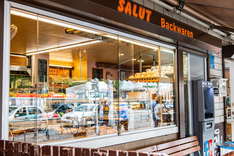 Bäckereien in Kreuzberg: Schaufenster der Bäckerei Salut am Schlesischen Tor. Foto: Imago/F. Anthea Schaap