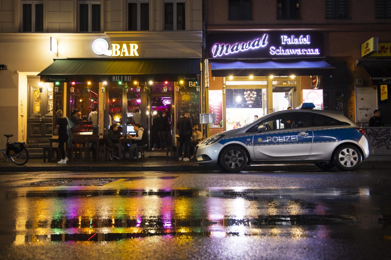 Polizeiwagen vor einer noch geöffneten Bar in Neukölln am 10. Oktober. Falko Liecke sagt im Interview, die Sperrstunde sei vergleichsweise moderat. Foto: Imago Images/Emmanuele Contini