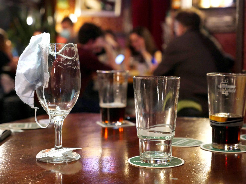 Sperrstunde in Berlin: leere und halbleere Gläser in der Kneipe