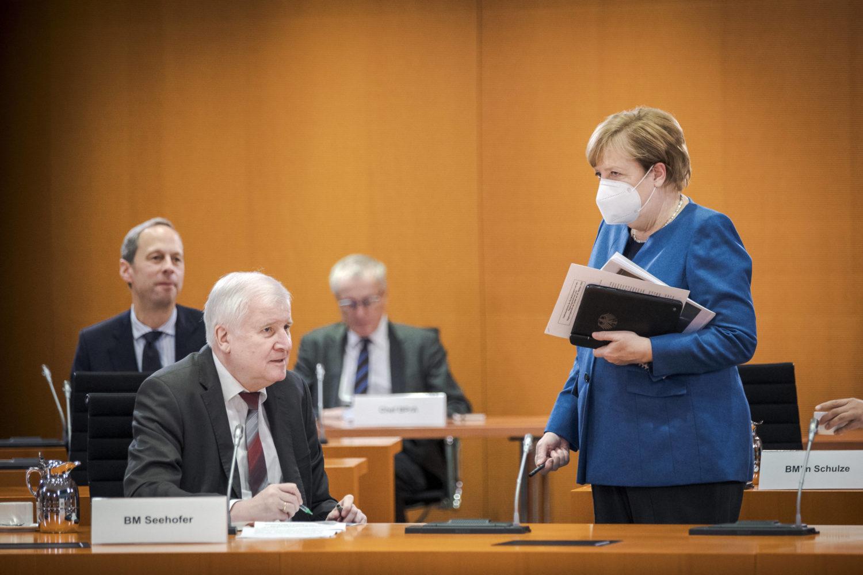 Innenminister Horst Seehofer und Bundeskanzlerin Angela Merkel bei einer Kabinettssitzung. Bundesweit sind härtere Coronam-Maßnahmen beschlossen. Foto: Imago Images/Photothek