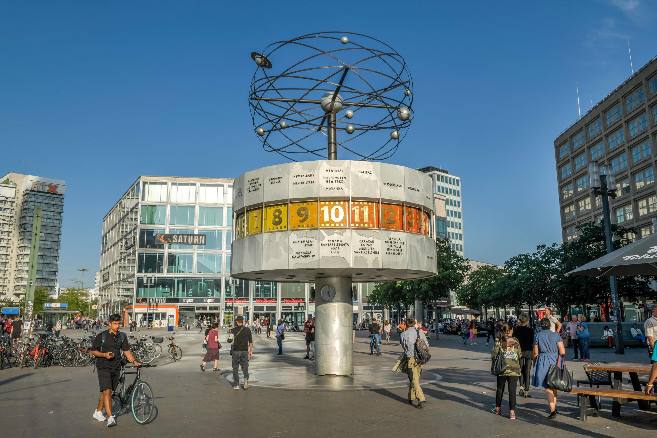 Die Weltzeituhr am Alexanderplatz in Berlin-Mitte ist beliebter Treffpunkt für Berliner*innen und Touristen. Foto: imago/Joko