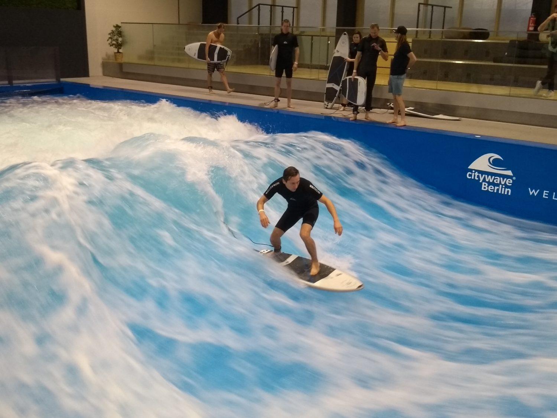 Adrenalin Berlin: Diese 12 Aktivitäten holen euch aus dem Herbst-Trott: Surfen