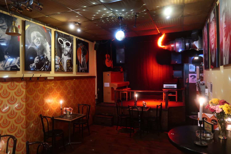 Kneipe Berlin Kerzenschein, günstiges Bier, ausgelassene Stimmung, Live-Musik: Dafür steht das Artliners in Friedrichshain.