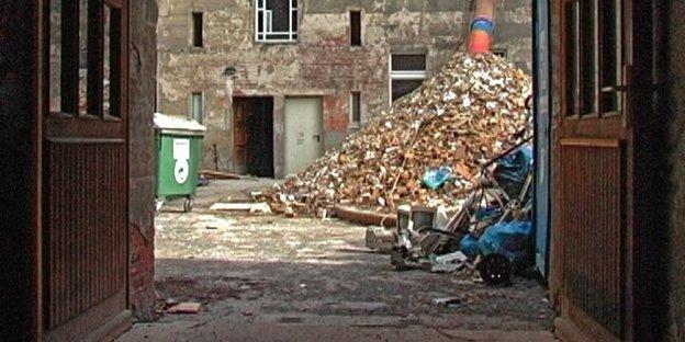 Wohnungsmarkt in Berlin - Müll auf dem Hinterhof in der Lychener 64. Foto: Sinafilm