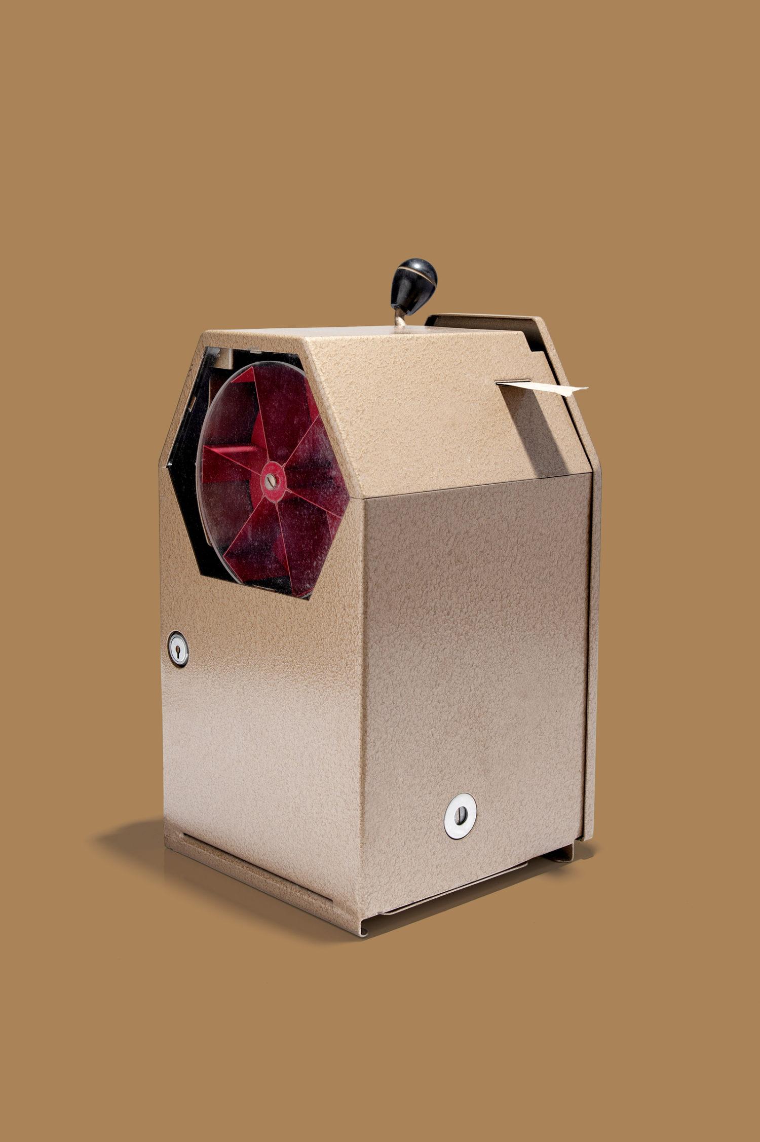 Einmal ziehen, bitte: Ein Fahrscheinautomat aus DDR-Produktion, im Einsatz bis nach der Wende. Foto: DDR Museum, Berlin 2020