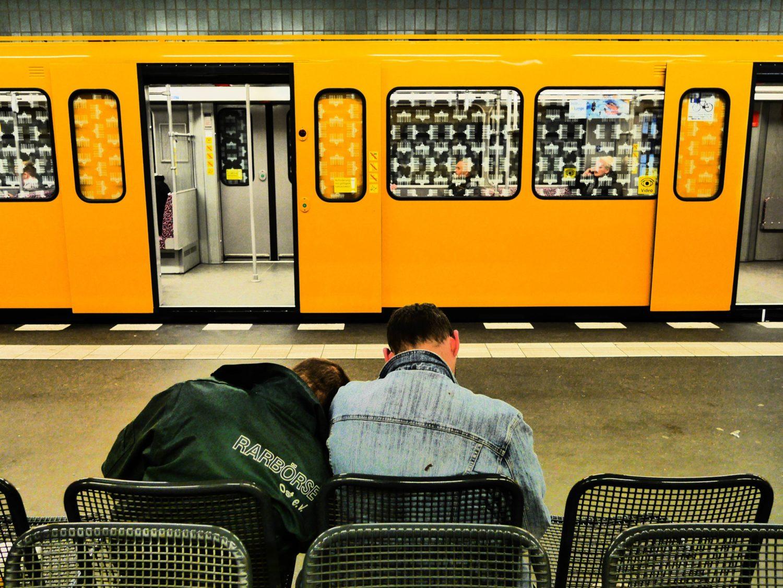 Zwei Betrunkene auf dem U-Bahnhof Tegel in Berlin.