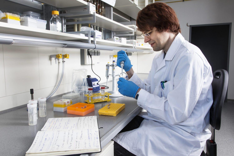 Ein junger Wissenschaftler arbeitet im Labor. In unserer Geschichte war die Arbeit ein klarer Fall von Machtmissbrauch durch den Professor. Foto: Imago Images/F. Boillot/snapshot