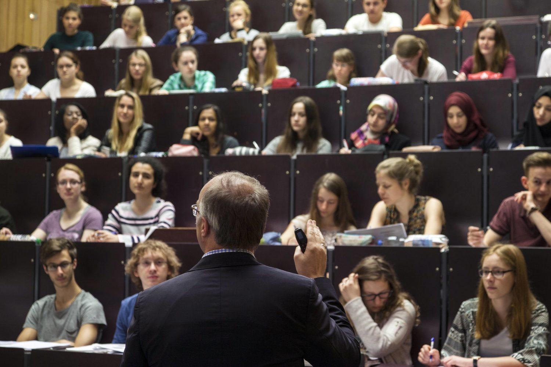 Wer vor Studierenden doziert, hat Macht und Einfluss. Das kann schiefgehen: Einige Professoren neigen zu Machtmissbrauch. Foto: Imago Images/Döring