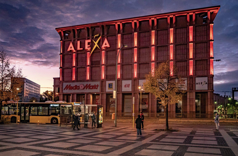 Unweit des Bahnhofs Alexanderplatz ragt das Einkaufscenter Alexa in die Höhe. Foto: Imago Images/Jürgen Ritter