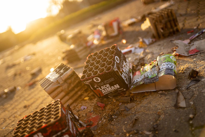Müll von Feuerwerksbatterien und Raketen liegt auf der Straße.