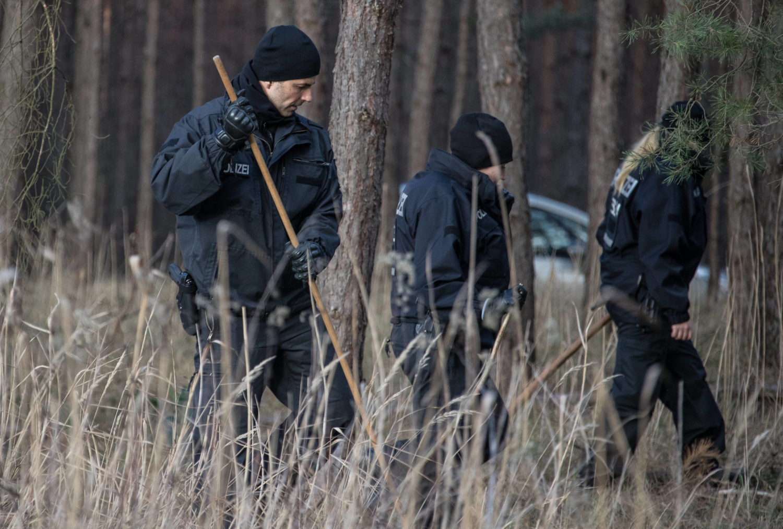 Auf der Suche nach Rebecca Reusch: Die Polizei durchkämmt im März 2019 ein Waldstück nahe Storkow. Foto: Imago Images/Wagner