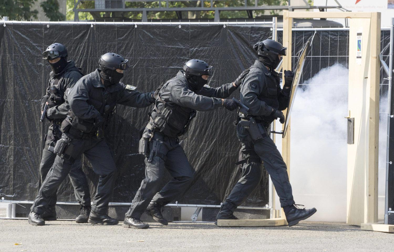 Wer Karriere bei der Polizei machen will, sollte sich auf rustikale Lernpraktiken einlassen: Auch simulierte SEK-Operationen gehören zur Ausbildung von Polizeibeamten für den gehobenen Dienst. Foto: Imago Images/Eckel