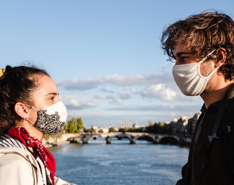 Maskiert und verliebt. So kann Liebe in Zeiten von Corona aussehen. Foto: Imago Images/Hans Lucas