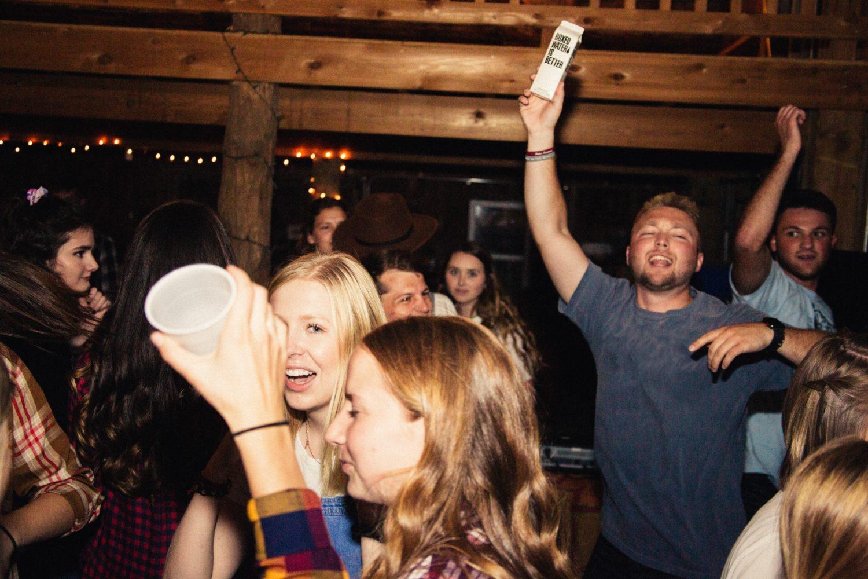 Menschen auf einer Party trinken und haben Spaß.