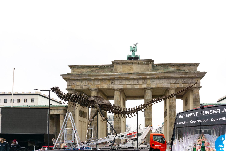 Alarmstufe Dunkelrot: Am Brandenburger Tor symbolisiert ein Dinosaurier das drohende Aussterben der Veranstaltungsbranche. Foto: tipBerlin/Müller