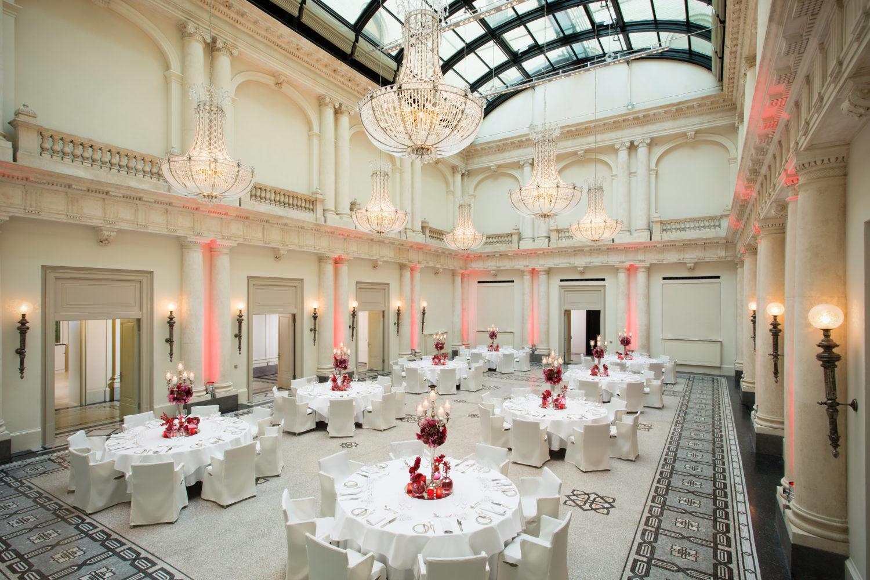 Säulenumrahmter Luxus und ein bisschen von allem im Hotel de Rome. Foto: Rocco Forte Hotels/Hotel de Rome