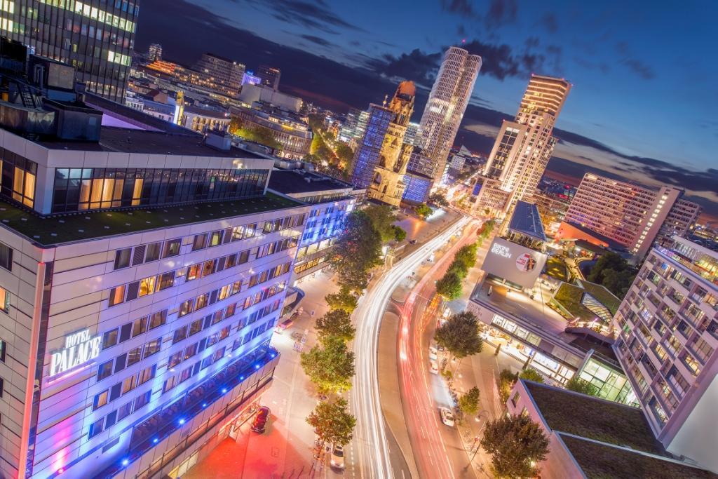 Mehr City-West-Feeling geht nicht: das Hotel Palace bei Nacht. Foto: Hotel Palace Berlin/Franz Brück