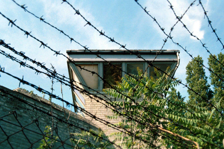 Stacheldraht auf den Wachturm im alten Gefängnis in Stralau, um 2000. Foto: Imago/Enters