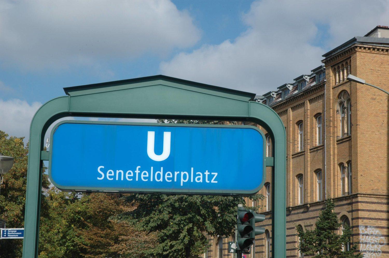 Von Außen zunächst unscheinbar sieht der Bahnhof Senefelderplatz aus.