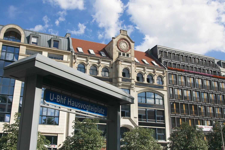 Von der Station Hausvogteiplatz ist man in kürzester Zeit am Gendarmenmarkt.