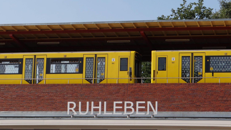 Die letzte Station der U-Bahnlinie U2 bildet die Haltestelle Ruhleben, die sich schon fast in Spandau befindet.