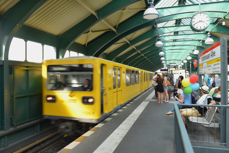 Hier fährt nicht nur die Linie U2 sondern es besteht sowohl eine Anbindung zur Ring Bahn und weiteren S-Bahn Linien.