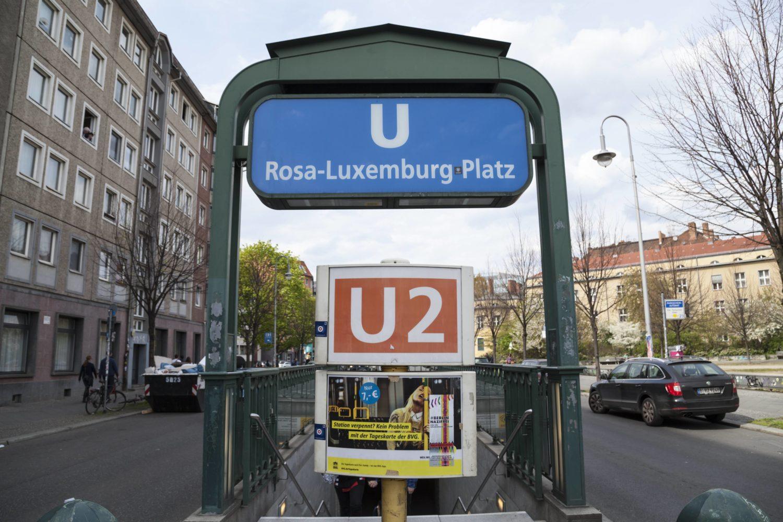 Unweit der Volksbühne und dem BABYLON ist die Haltestelle Rosa-Luxemburg-Platz gelegen.