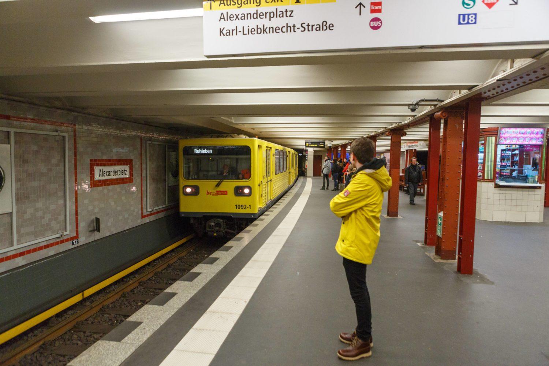 Die Haltestelle am Alexanderplatz gehört zu den meist frequentierten Stationen der Deutschen Bahn.