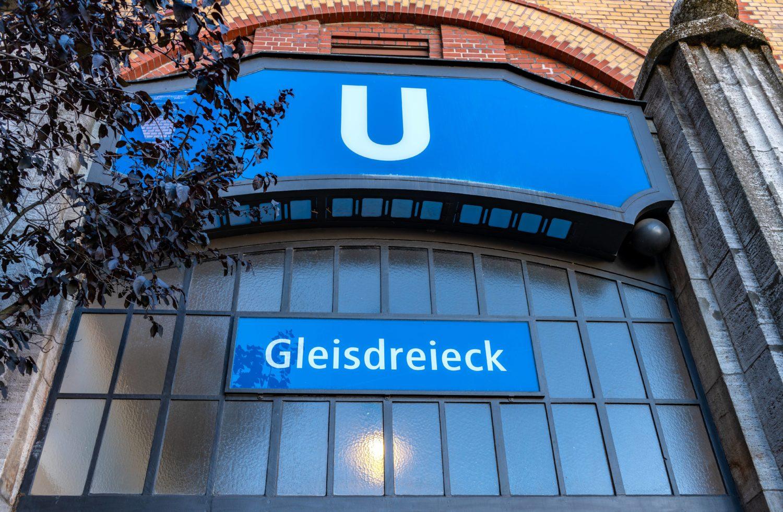 An dieser Station kreuzen sich drei Linien, welche der Haltestelle ihren Namen verleihen.
