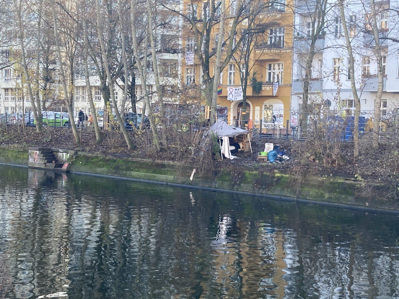 Spaziergang Berlin: Provisorisches Lager eines Obdachlosen am Landwehkanal. Foto: Jacek Slaski
