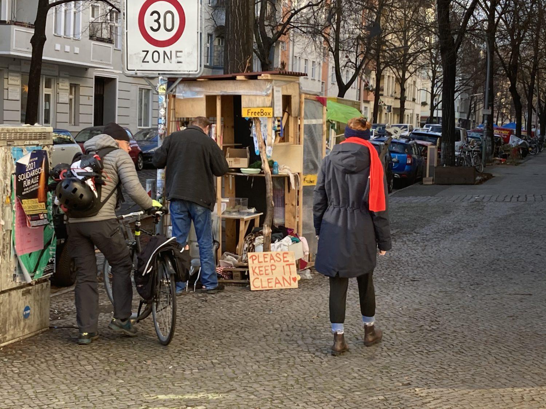 Spaziergang Berlin: Free-Box mit ausgedienten Dingen in der Pflügerstraße. Foto: Jacek Slaski
