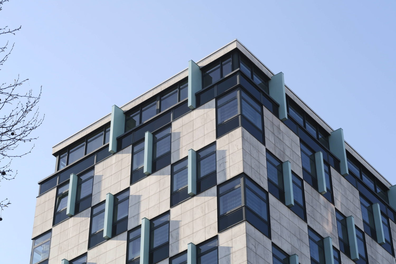 Berlins InterContinental-Hotel kleidet sich in eine minimalistische und doch etwas verspielte Fassade. Foto: Imago/Reiner Zensen