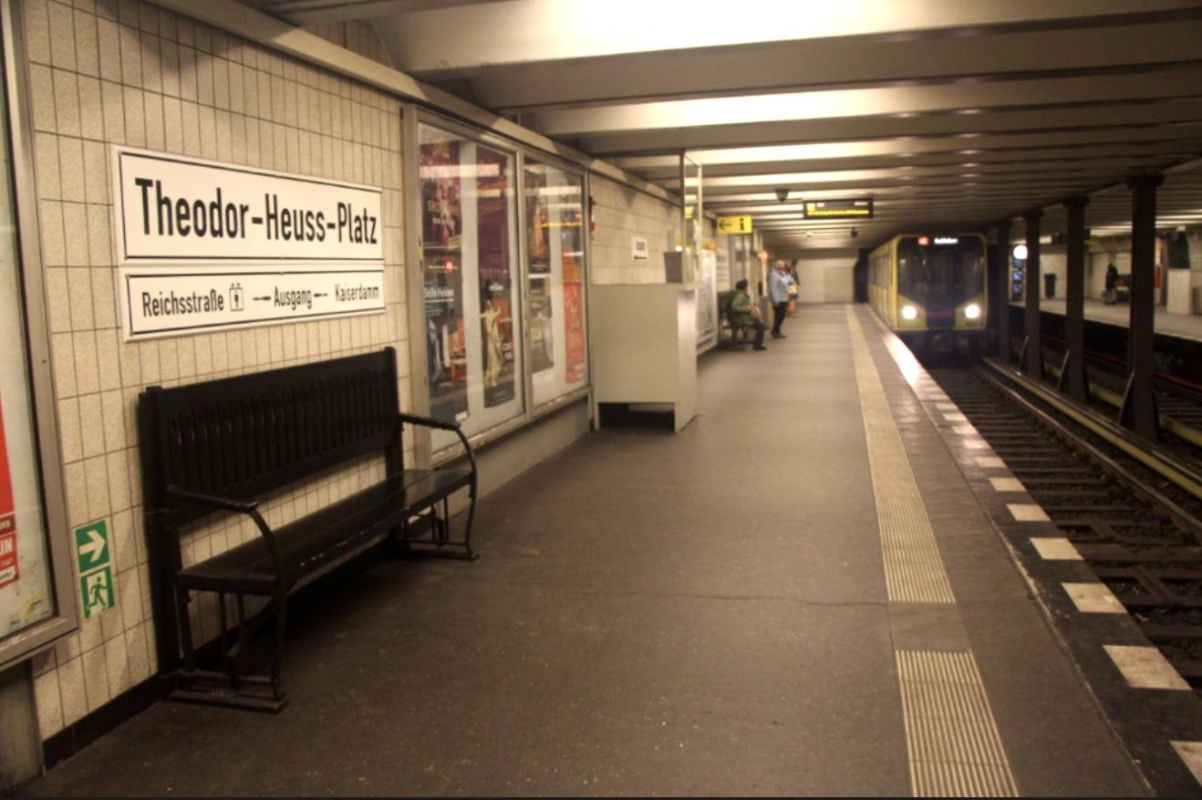 Unter dem Theodor-Heuss-Platz liegt die gleichnamige Station der U2, die zeitweise den Endpunkt der Linie bildet.