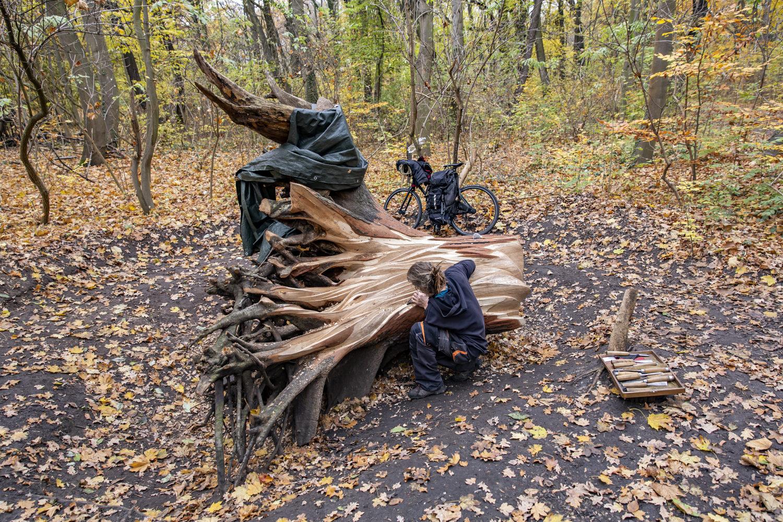 Der Baumkünstler Olivier Jarrot im Treptower Park. Foto: Stephanie von Becker