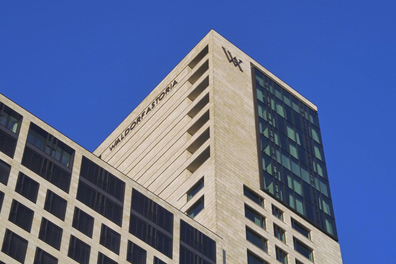 Wer in Berlin hoch hinaus möchte, sollte sich im Hotel Waldorf Astoria einbuchen. Foto: Imago/Reiner Zensen