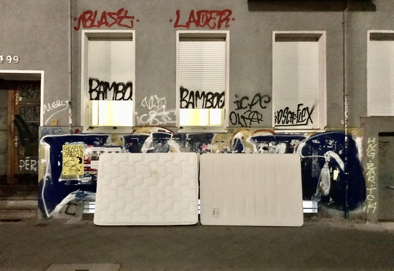 Stillleben Marke Neukölln: Wo Gentrifizierung auf Hedonismus trifft, wo das Geld für Drogen, aber selten für Trinkgeld reicht, wo jeder DJ ist, aber keiner eine Anmeldung hat. Foto: tipBerlin